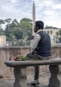 Latin man in expectations of rendezvous on Piazza del Popolo — Stock Photo