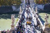 Festive procession of priests on a Saint Angelo Bridge — Foto Stock