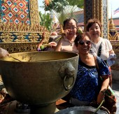 Ceremony of ablution by the sanctified water by the not opening up buds of lotus in Wat Phra Kaew — Stock Photo