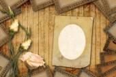 老式明信片邀请与束美丽的玫瑰 — 图库照片