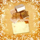 Hediyelik kutu ambalaj kağıdı vintage karton zemin üzerine altın — Stok fotoğraf