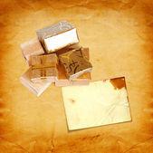 Geschenk box in goud inpakpapier op vintage kartonnen achtergrond — Stockfoto