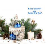 关在笼子里 f 为背景的蓝色和银色圣诞球 — 图库照片