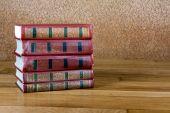 La pila de viejos libros sobre una bonita mesa de madera — Foto de Stock
