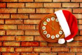 Santa Claus hat on New Year's night on the old clock showing twe — Stock Photo