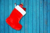 木製の壁を背景にギフトと赤のクリスマス ブート — ストック写真