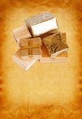 Gift box in gold wrapping paper on vintage cardboard background — ストック写真