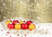 Christmas ball mit grußkarte auf der abstrakten funkelnden rückseite — Stockfoto