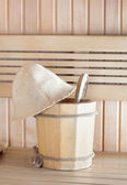 традиционная деревянная сауна для релаксации с ведро воды — Стоковое фото