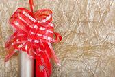 Rohlíky vícebarevné balicí papír s červenou stuhu za dary na g — Stock fotografie