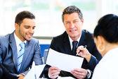 ドキュメントおよび会議でアイデアを議論するビジネス パートナーのイメージ — ストック写真