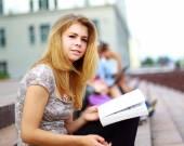 Porträtt av en vacker ung kvinna studen — Stockfoto