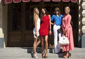 Mulheres compras felizes andando no shopping — Foto Stock