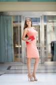 Beautiful woman in pink dress in the shop — Stockfoto