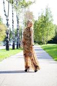 Bella bionda in abito lungo stampa leopardo — Foto Stock