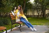 イエロー コートを着た美しい若い女性 — ストック写真