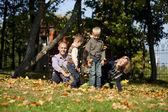 русская семья, молодые родители и двое сыновей — Стоковое фото