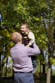 Little boy and father in autumn park — Photo