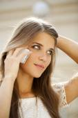 Portrait of a beautiful young woman calling by phone — Stockfoto