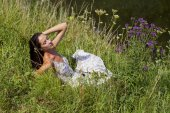 Young woman on green meadow  — Foto Stock