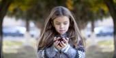Bella bambina, tenendo una castagna — Foto Stock