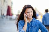 Garota linda feliz telefonando — Fotografia Stock