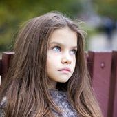 反叛在秋天的公园里的小女孩 — 图库照片