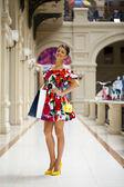 Jeune femme en robe sexy à pied dans la boutique — Photo