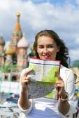 Young beautiful girl holding a tourist map of Moscow — Foto Stock