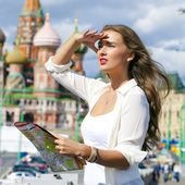 Young beautiful girl holding a tourist map of Moscow — Stockfoto