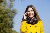 Gelukkig mooie vrouw bellen via de telefoon — Stockfoto