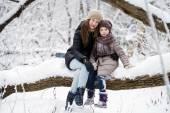 Retrato de invierno de una niña de nueve años con su madre — Foto de Stock