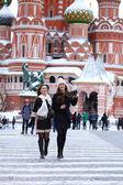 Две девушки туристы фотографируются в Москве (Россия) — Стоковое фото