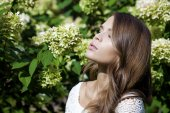 Portrait of beautiful young brunette woman in spring blossom  — Stock Photo