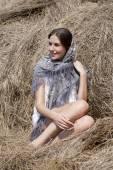 Porträt einer schönen jungen Frau in einem blauen Schal — Stockfoto