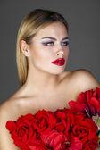 Mode portret van sensuele blond meisje met kapsel — Stockfoto