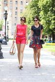 Zwei junge frauen, die zu fuß in die sommer-stadt — Stockfoto