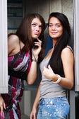 Telefon kulübesi üzerinde konuşurken iki genç kadın — Stok fotoğraf