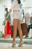 Красивая женщина в трусиках сексуальный джинсы в магазин — Стоковое фото