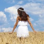 mujer joven en un campo de trigo dorado — Foto de Stock   #71696605