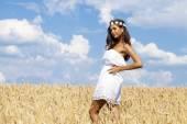 Молодая женщина в поле Пшеница золотая — Стоковое фото