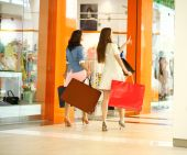 Two young women walking with shopping at the store — Fotografia Stock