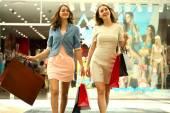店でのショッピングで歩く若い女性 2 人 — ストック写真