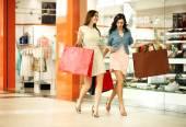 Dwóch młodych kobiet spaceru z zakupami w sklepie — Zdjęcie stockowe