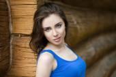 Giovane donna sexy, sullo sfondo di tavola di legno vecchio — Foto Stock