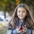 Beautifal little girl in the autumn park — Stock Photo #77960480