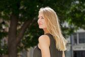 Молодая красивая блондинка женщина — Стоковое фото