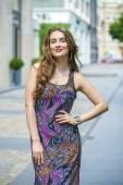 Портрет женщины красивая модель в платье длиной цвета — Стоковое фото