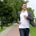 Casual ung man vandrar i parken sommaren — Stockfoto #79154406