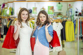 İki genç güzel kızlar mağazası daimi — Stok fotoğraf